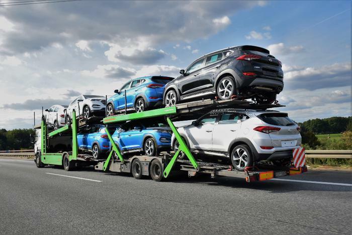 Hyundai Tucson vehicles on transporter