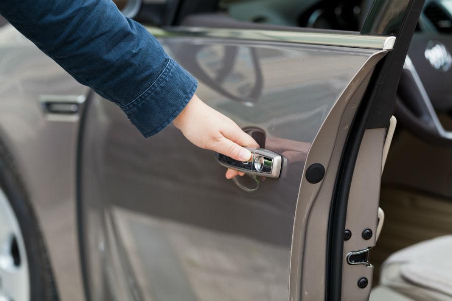 Driver Says Bmw S Self Closing Doors Severed His Thumb