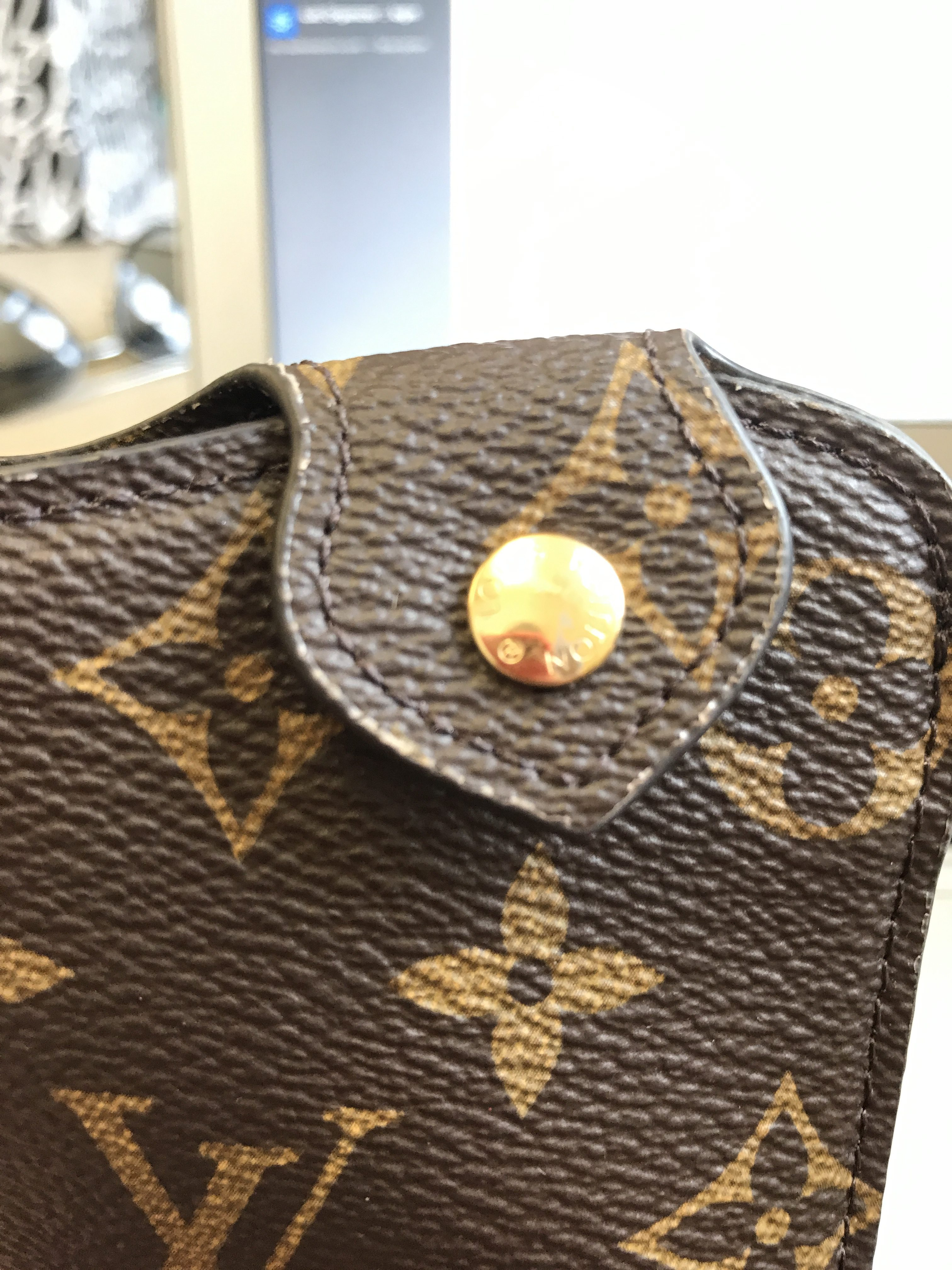 louis vuitton consumer behaviour Free essay: 1 executive summary in this article you will get to know about 3 top  competitive luxury brands, louis vuitton, chanel and gucci.